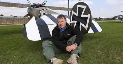 Брюс Дікінсон посадив літак без палива