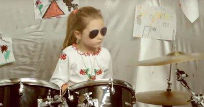 7-річна українська барабанщиця захоплює інтернет