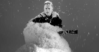 Брайана Адамса завалило штучним снігом