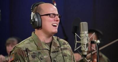 Американські військові співають на честь Ніла Пірта